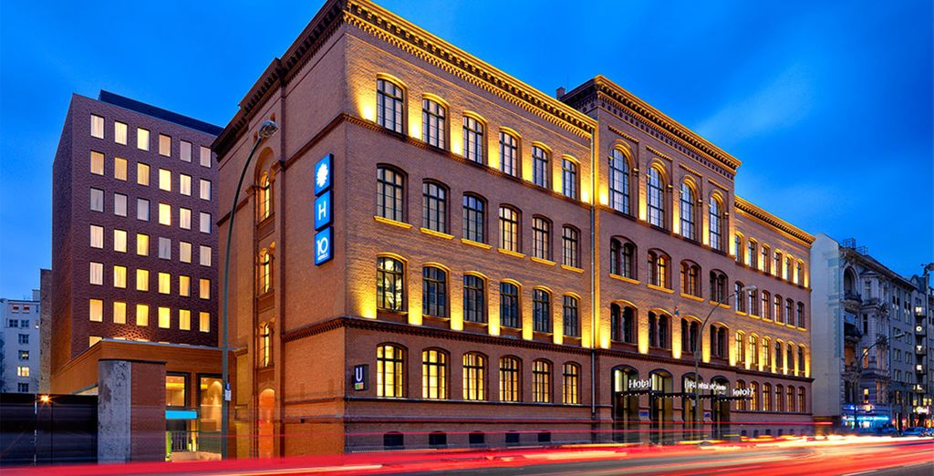 Fachada iluminada de noche con su propio carácter - H10 Ku'damm 4* Berlín