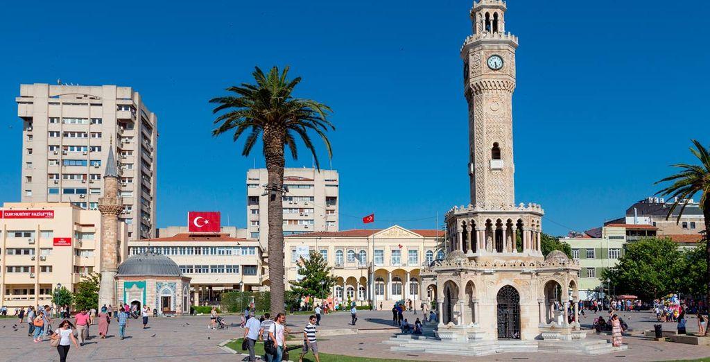La ciudad se asienta en la cabecera de un largo y estrecho golfo