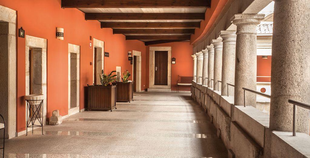 Pasea por el fantástico claustro del hotel