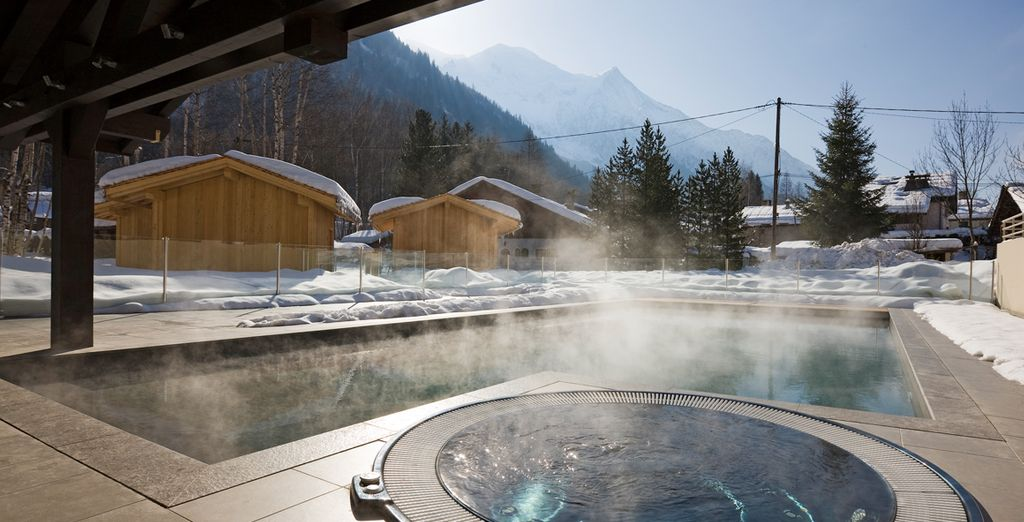 Pour une expérience inoubliable, plongez dans l'eau chauffée de la piscine...