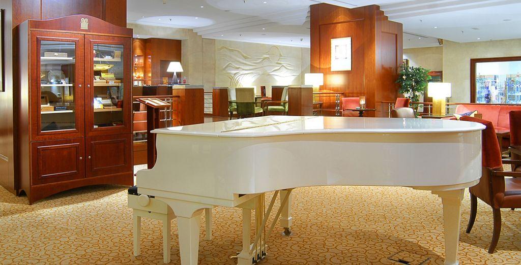Faites une halte au lobby, où vous pourrez écouter quelques mélodies jouées au piano...