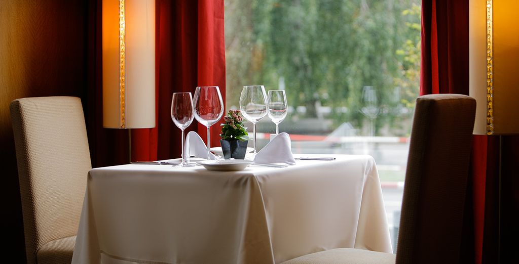 Das elegante Hotelrestaurant ist perfekt für ein romantisches Abendessen