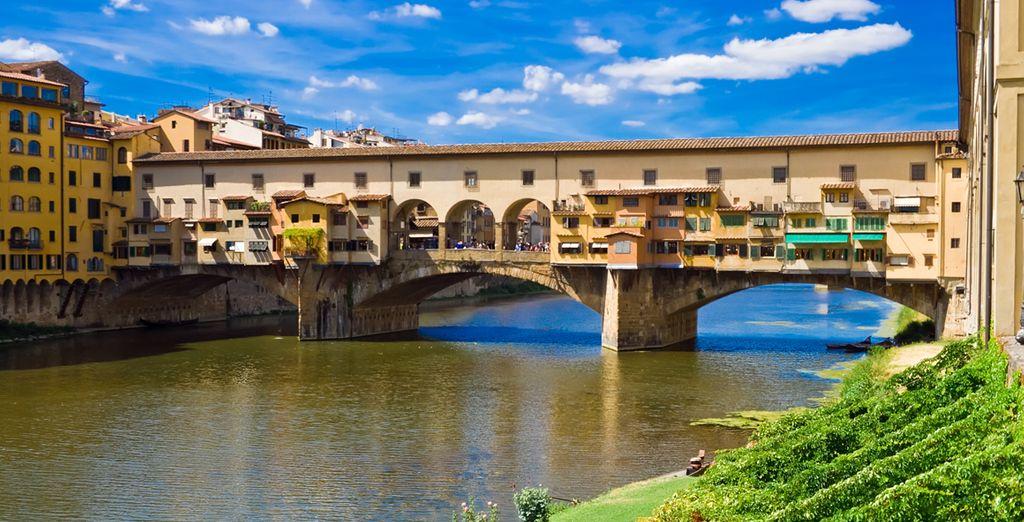Schlendern Sie über den Ponte Vecchio und geniessen die Aussicht