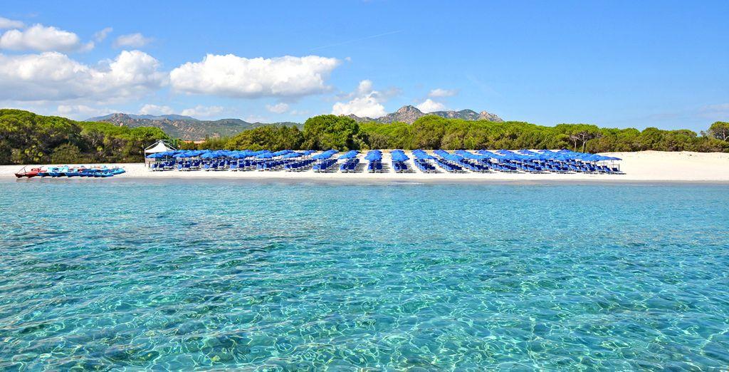 Entspannen Sie am weißen Hotelstrand unter der sardische Sonne