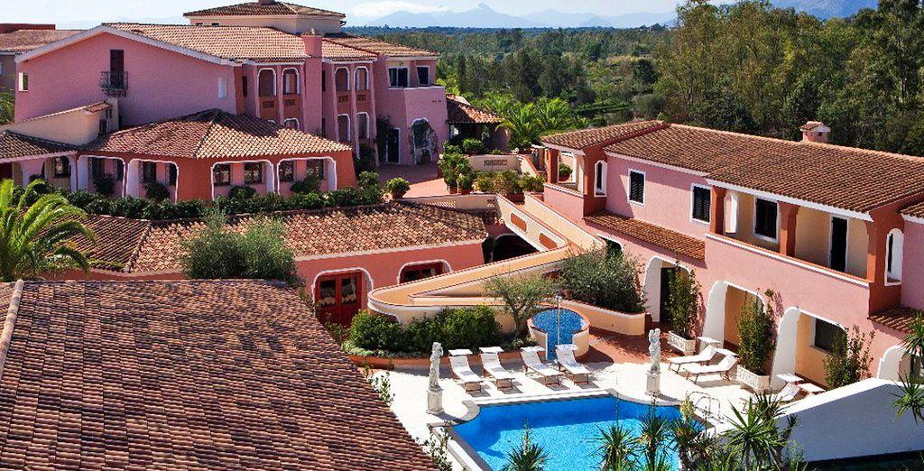 Der traditionelle Baustil des Cala Ginepro Hotel Resorts 4* wird Sie verzaubern