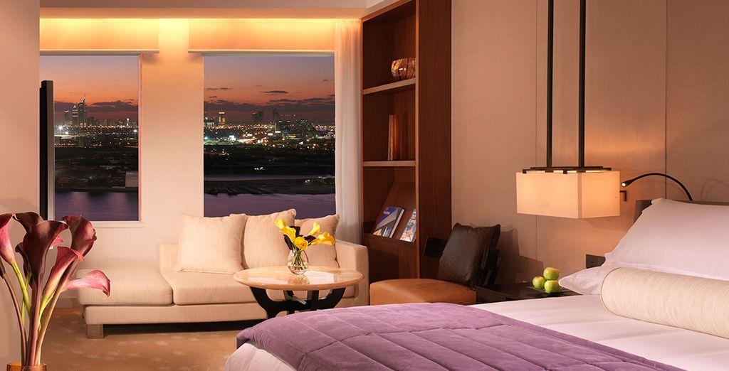 Sie verbringen Ihre Nächte in einem Deluxe Zimmer mit Blick auf das Burj Khalifa
