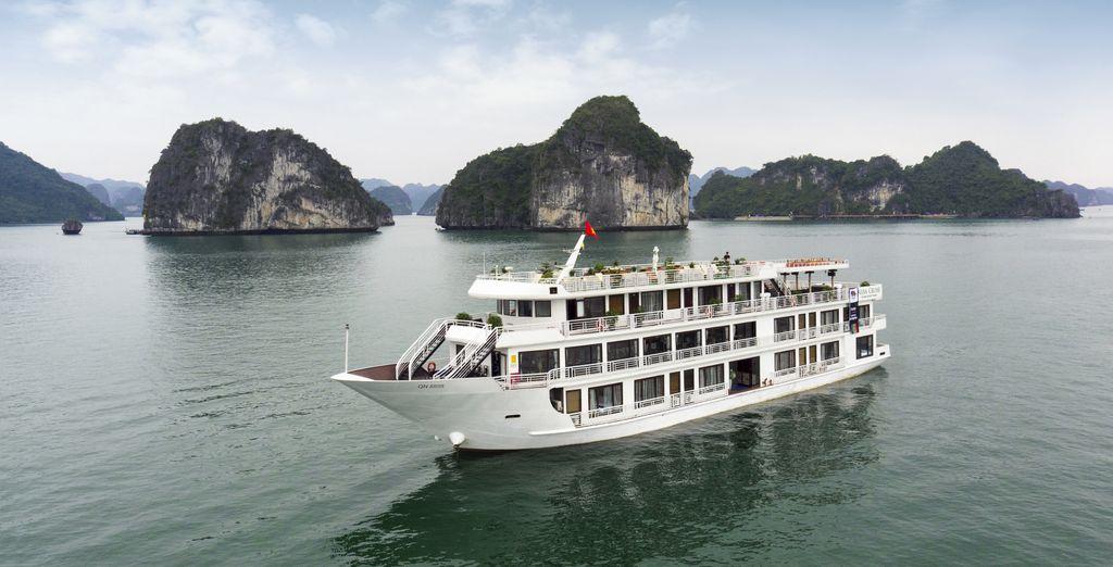 Sie gehen an Bord der Alisa cruise in der Ha Long Bay