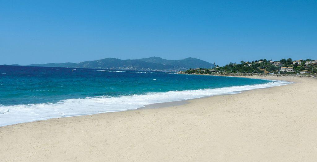 Kosten Sie die Sonne aus am Strand von Agosta