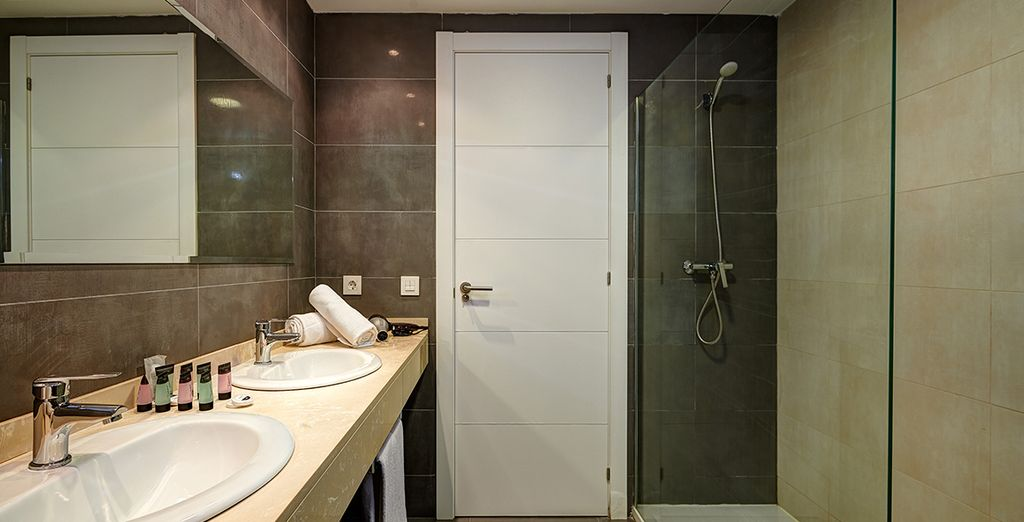 ... mit modernem Badezimmer und großer Dusche