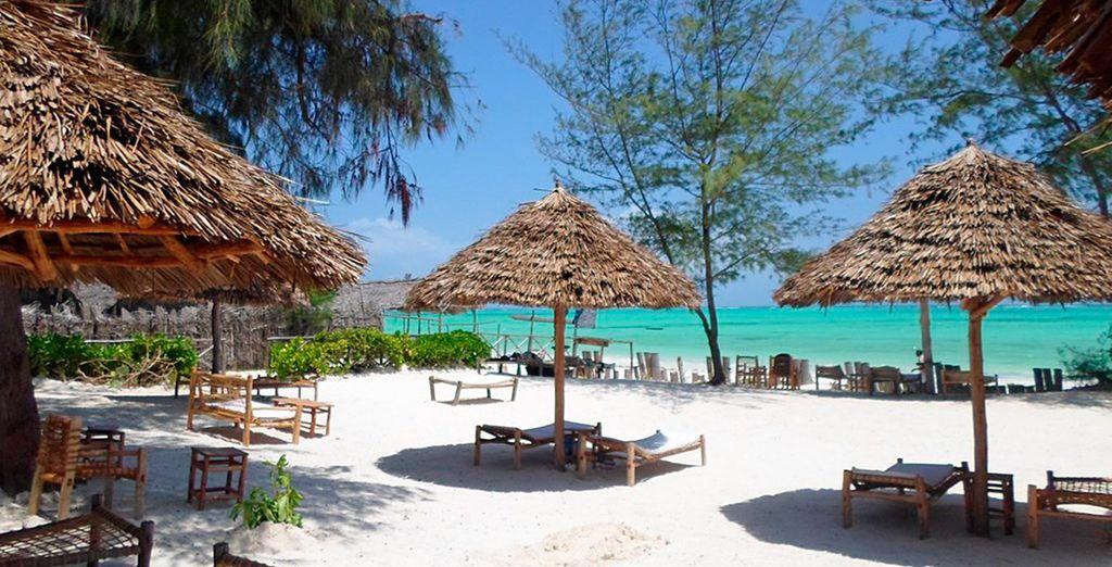Das Hotel liegt direkt am Strand von Paje ...