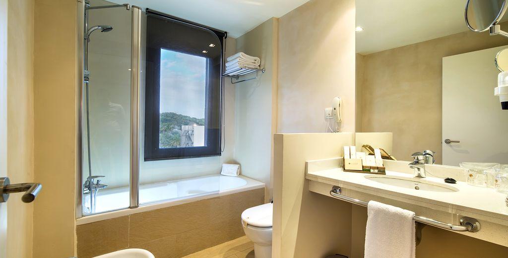 ... und umfasst ein elegantes Badezimmer