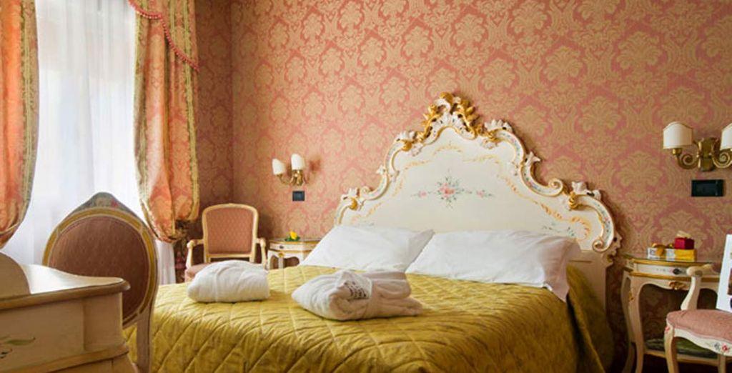 Machen Sie es sich, je nach Verfügbarkeit, im exklusiven Superior Zimmer oder im eleganten Patio Zimmer gemütlich