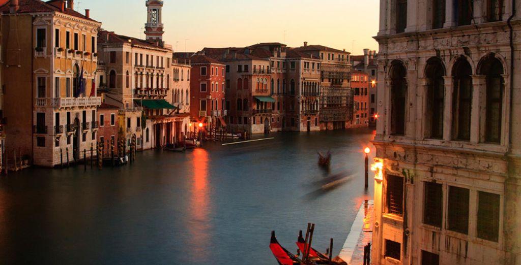 Die Sonnenuntergänge verhüllen die Stadt in ein unvergleichliches Licht