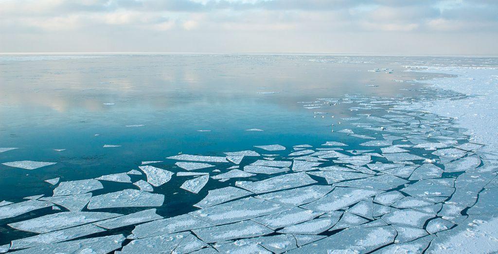 Hören Sie auf das Geräusch des Eises, das bei der Fahrt des Schiffs bricht