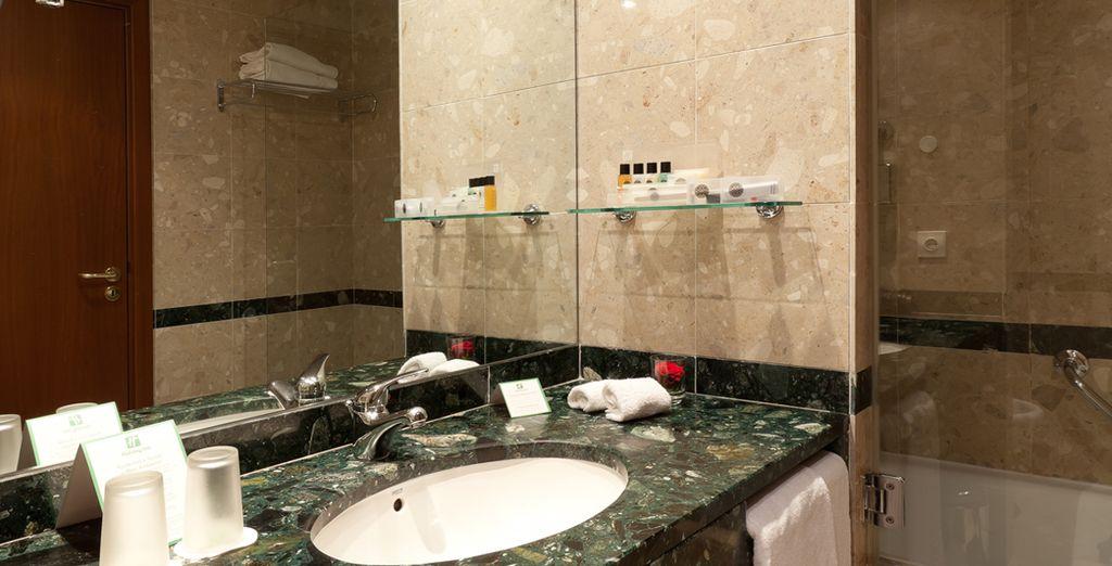 Und gut ausgestattetem Badezimmer