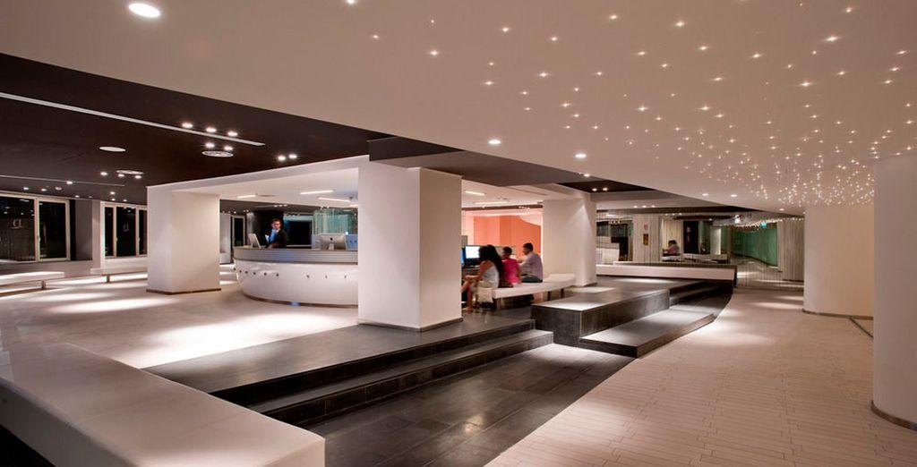 Ein modernes Hotel empfängt Sie
