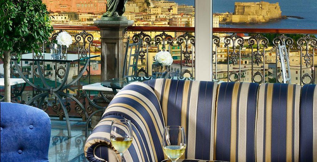Genießen Sie einen guten italienischen Wein an der Bar...