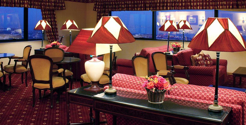 Sie haben Zugang zur VIP-Lounge, mit Blick auf die Stadt