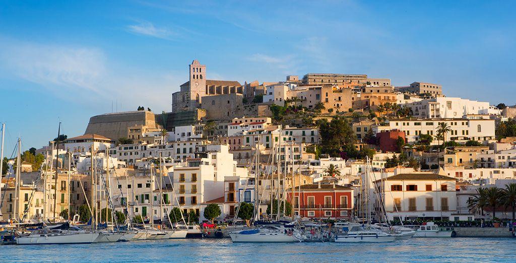 Entdecken Sie die Schönheit der Altstadt von Ibiza.