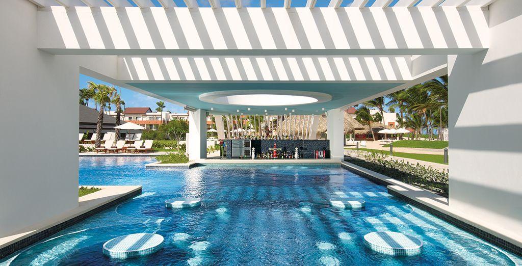 Entspannen Sie an der Poolbar