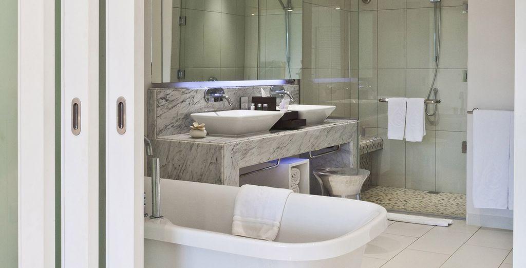 Ein komplett ausgestattetes Badezimmer
