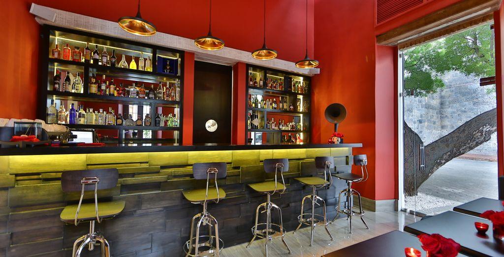 Disfruta de una bebida en el bar del hotel al final del día