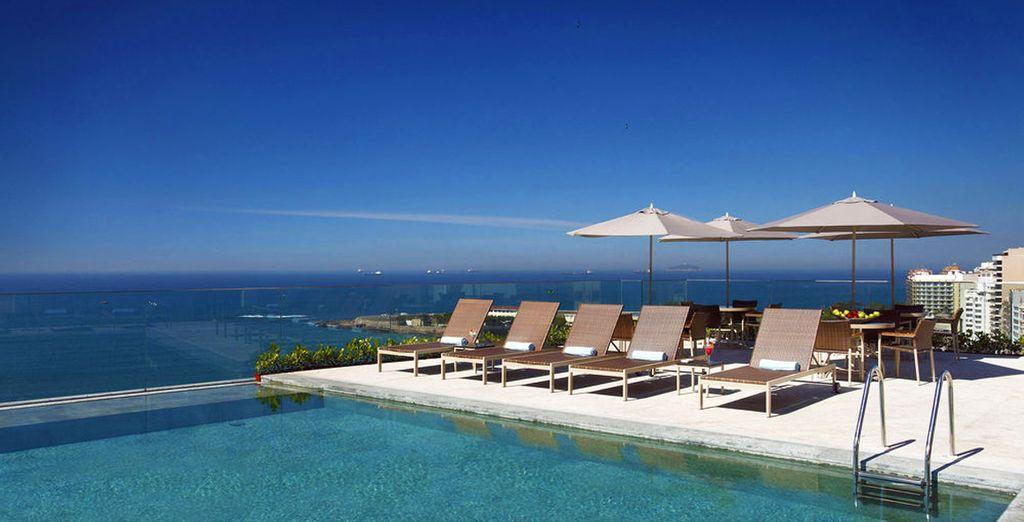 Disfruta de la oportunidad de tomar el sol en la piscina de la azotea con sus impresionantes vistas