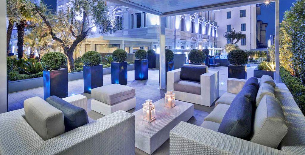 Toma una copa en la terraza del hotel