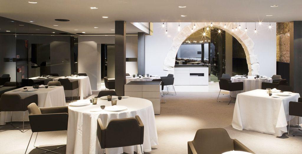 Cocina tradicional mediterránea en un entorno contemporáneo y minimalista