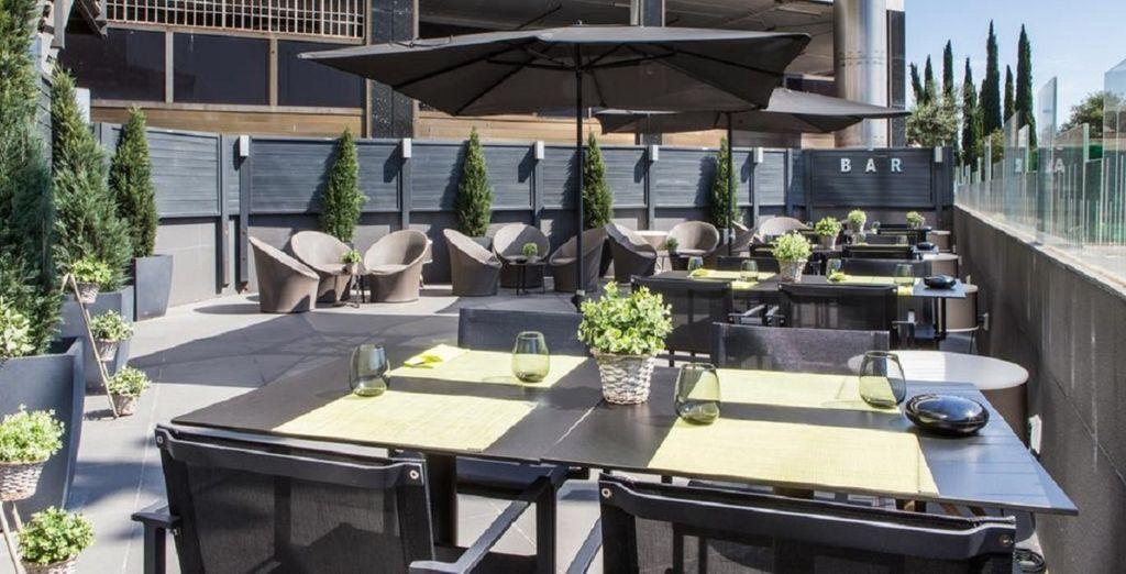 Relájate en la terraza del bar Eclectik con una cerveza o un buen vino