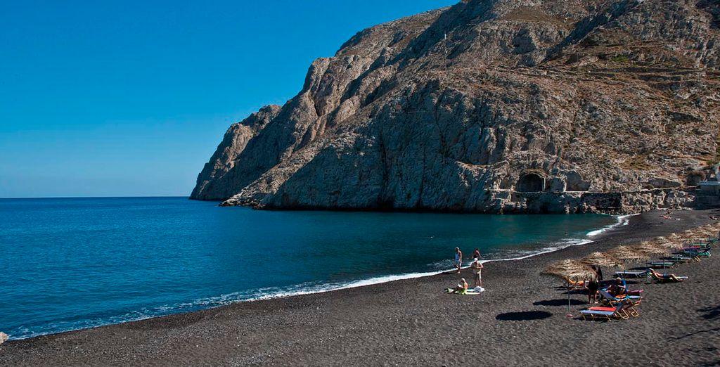 La bella playa de arena negra en Kamari