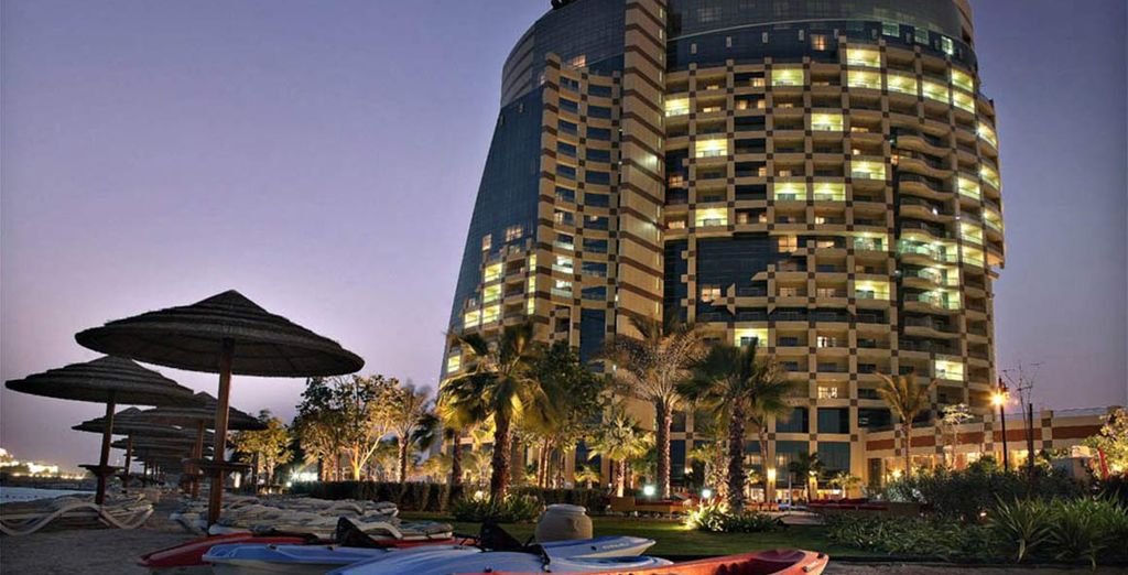 Vistas del hotel iluminado por la noche
