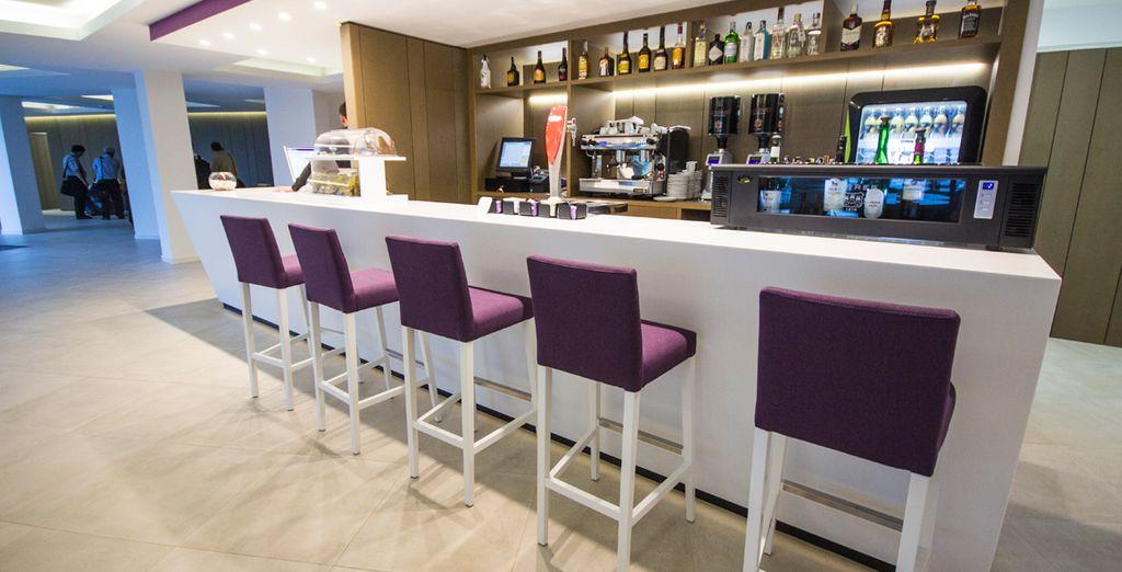 Toma tu copa favorita en el moderno bar del hotel