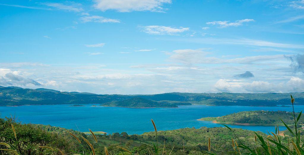 Pondrás rumbo a Monteverde cruzando el lago Arenal en bote