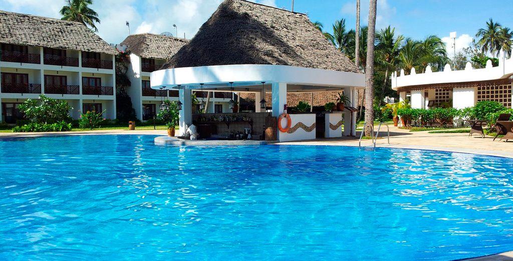Disfrute del buen tiempo del lugar en la piscina