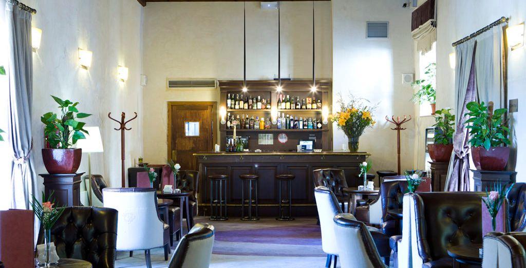 Toma tu cocktail favorito en el bar