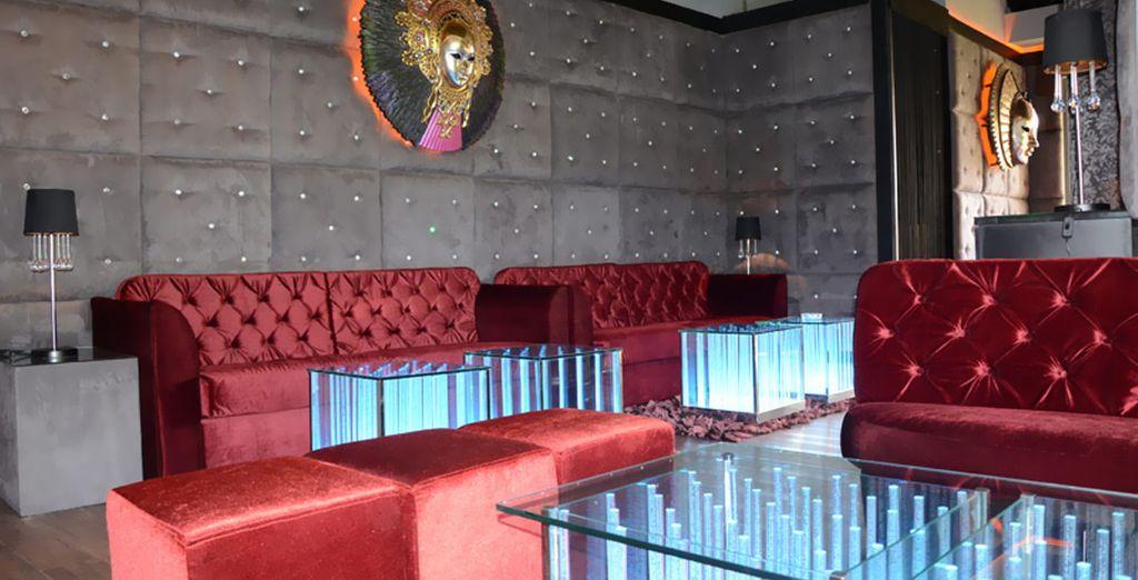 El Ambassador cuenta con lujosos salones