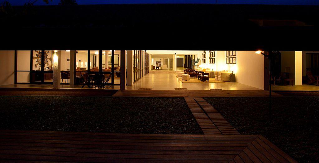 Un hotel con un diseño contemporáneo moderno