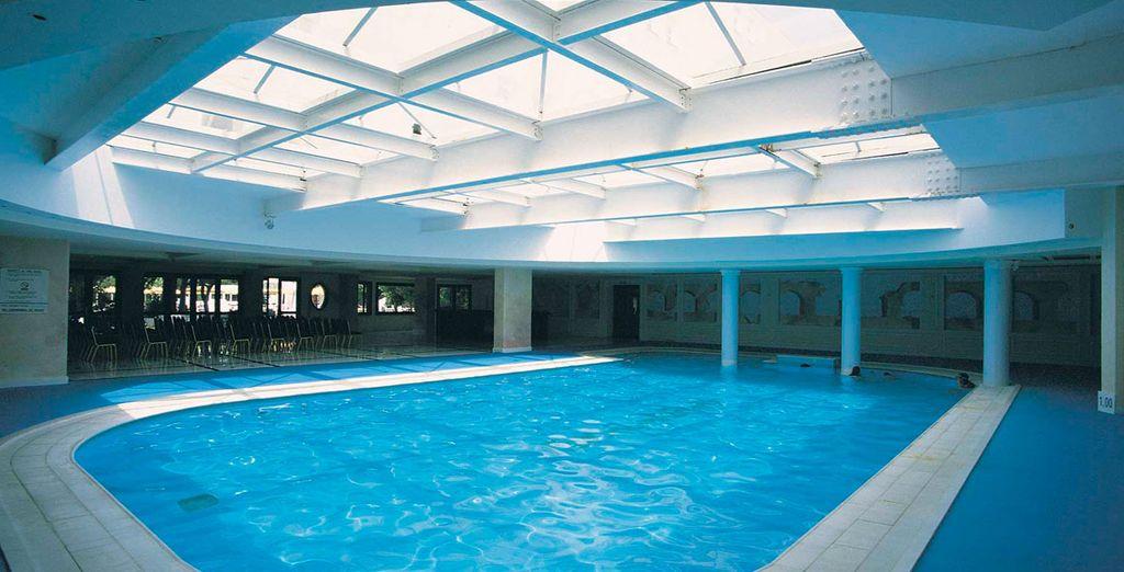 Sumérjase en la piscina interior del hotel