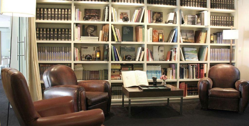 Descubre un poco más de la ciudad en la acogedora biblioteca del hotel