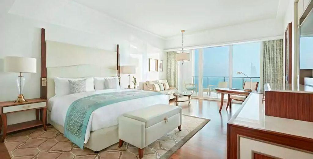 ... también podrás elegir descansar en una habitación King Deluxe Skyline view...