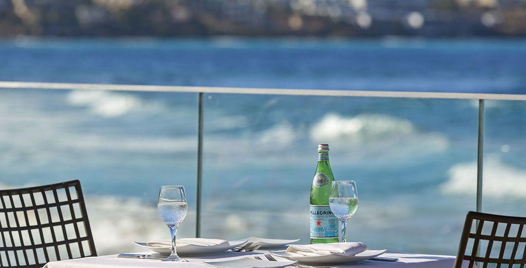 Delicias culinarias servidas con vinos de alta calidad junto con un paisaje espectacular