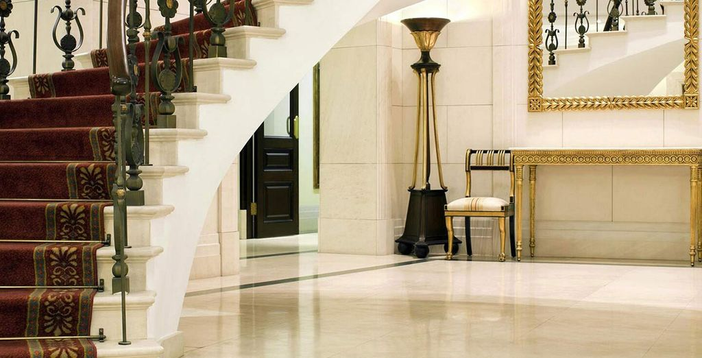 Un elegante foyer le espera en este hotel