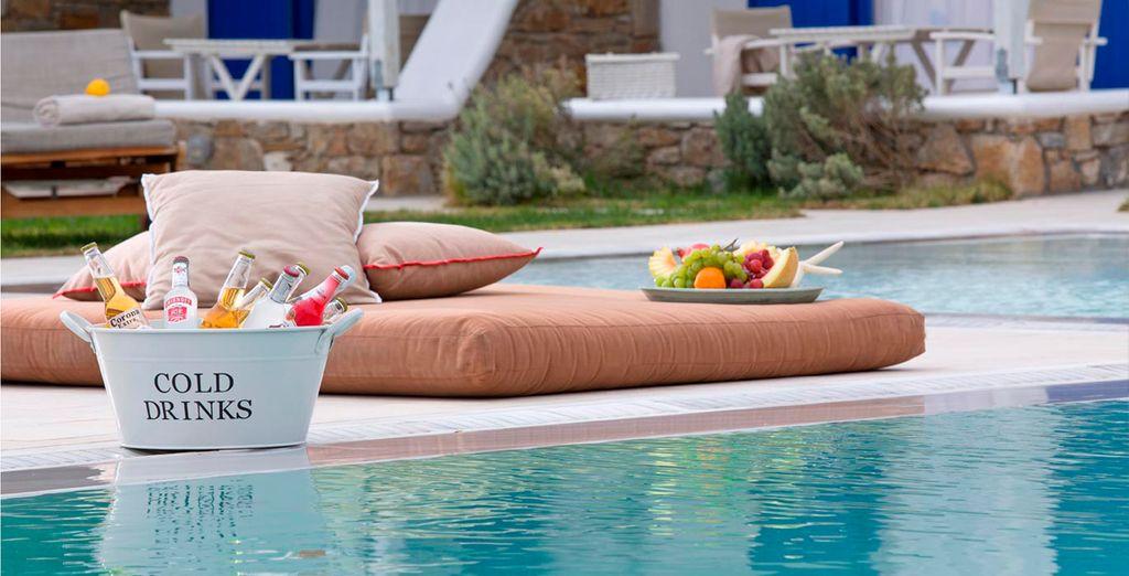 Puede descansar a la vera de la piscina