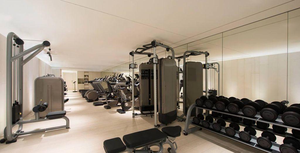 Y un gimnasio con sala de fitness y cardio