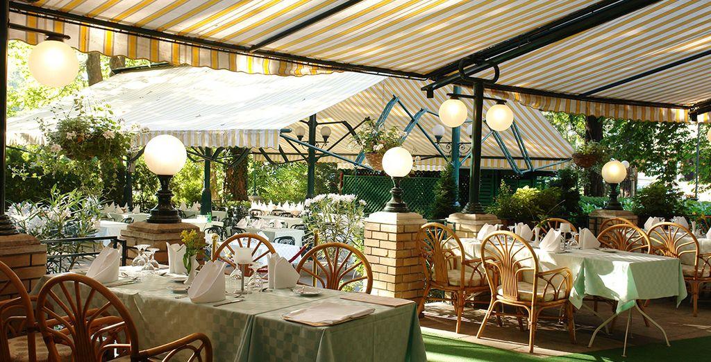 El restaurante Széchenyi cuenta con una terraza con jardín
