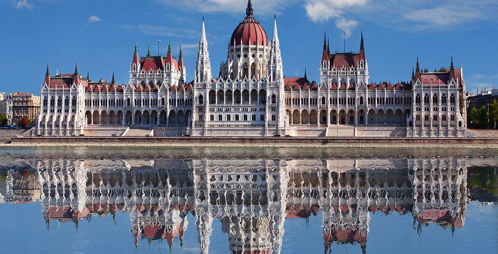 Magnífica vista del parlamento sobre el Danubio