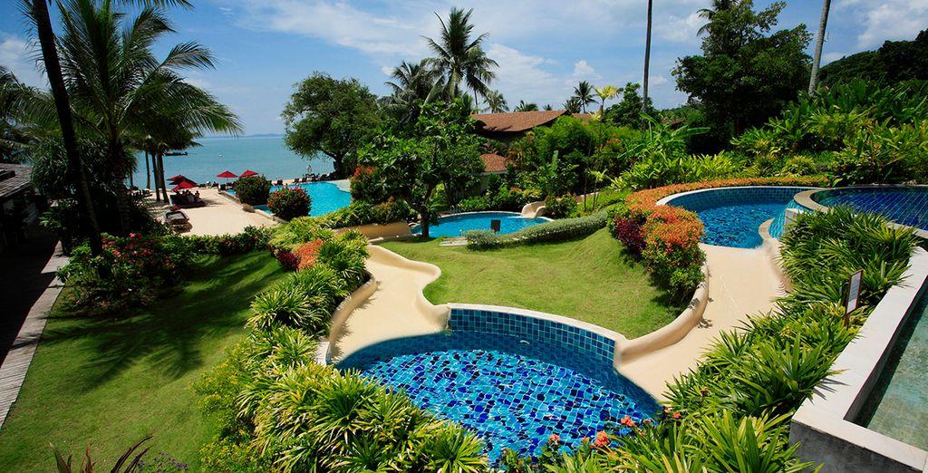 Un hotel repleto de jardines y vegetación tropical