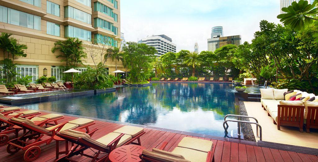 Disfrute de su piscina al exterior, Hotel Grande Centre Point