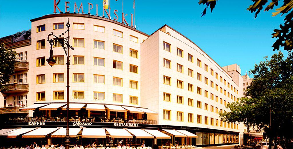 Este hotel le ofrece habitaciones elegantes y buenas conexiones en transporte público